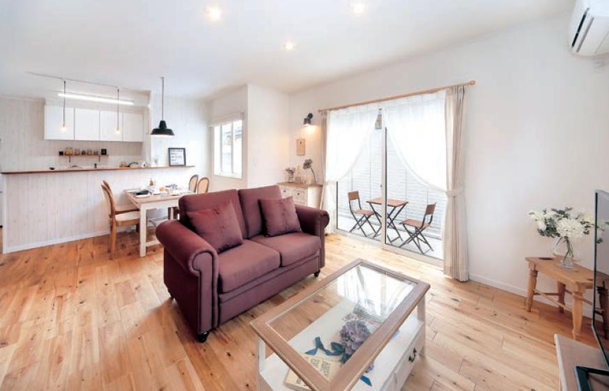 白と木目が心地いいカフェスタイルハウスの写真1